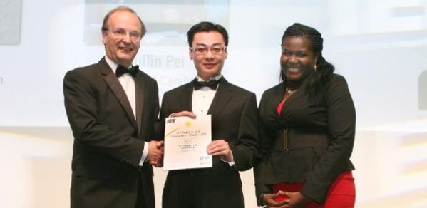Ruilin Pei (middle) receiving his award