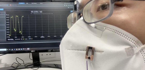 Fibre sensor attached to a face covering detects human breath with high sensitivity and responsiveness.