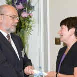 Dr Tom Hynes receiving his prize from Professor Alison Richard, Vice-Chancellor of the University